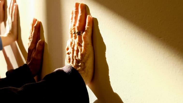 mains personne âgée senior